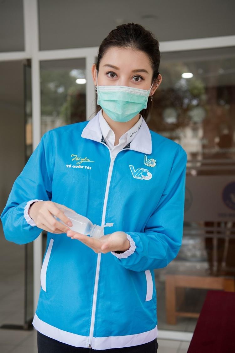 Huyền My thường xuyên rửa tay bằng nước sát khuẩn khi tham gia các hoạt động. Á hậu Việt Nam 2014chia sẻ, đâylà lần đầu tiên cô ra khỏi nhà trong vòng khoảng gần một tháng qua.
