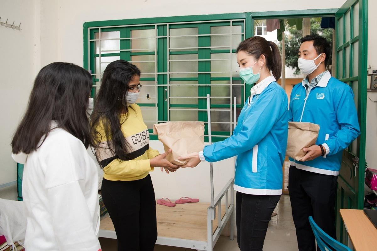 Gần 200 sinh viên tại khu Ký túc xá Mễ Trì – Đại học Quốc gia Hà Nội nhận suất ăn từ Huyền My và Thành đoàn Hà Nội. Sau đó, cô tiếp tục tớithăm và tặng quà tập thể đội ngũ y, bác sĩ Bệnh viện Thận Hà Nội.