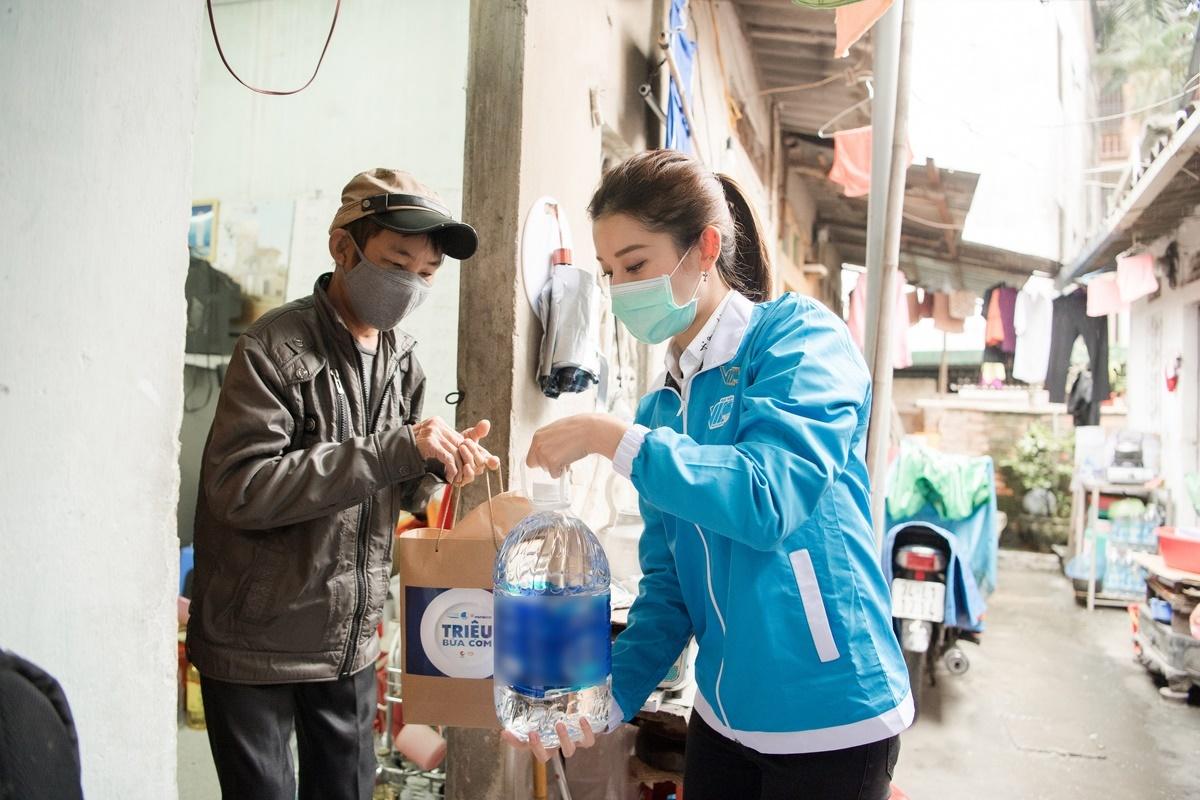 Cô trao các suất ăn cho đại diện 150 gia đình tại xóm chạy thận ở phố Lê Thanh Nghị, quận Hai Bà Trưng.