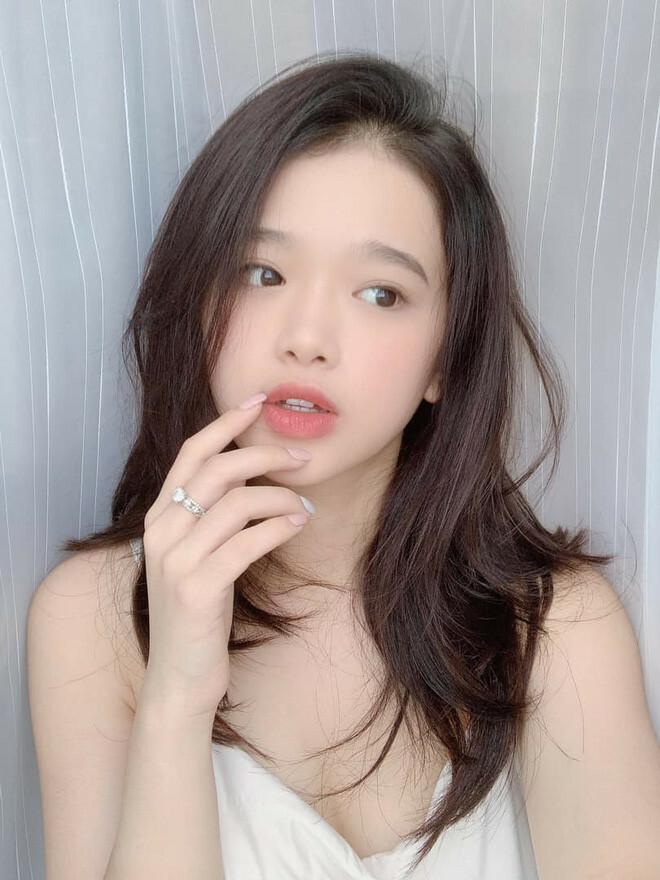 Sự thay đổi trong vẻ ngoài của Linh Ka phần lớn đến từ việc cô nàng thay đổi hoàn toàn cách makeup. Không còn mê phấn son đậm đà, hiện tại hot girl 10x chuộng lối trang điểm sương sương.