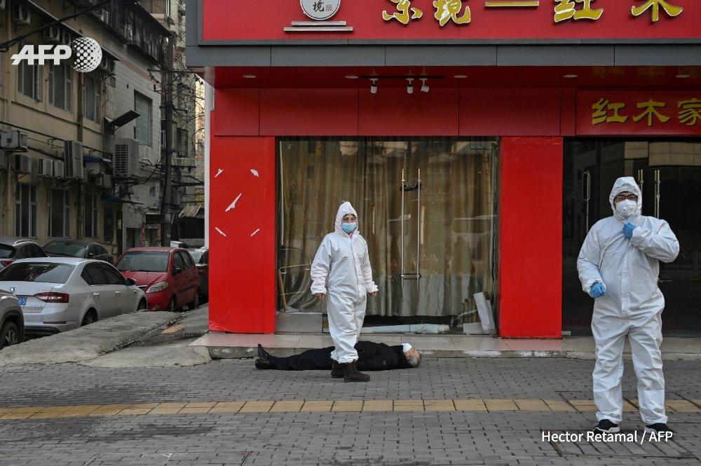 Thi thể người đàn ông được phát hiện trên vỉa hè đường phố Vũ Hán. Ảnh: AFP.