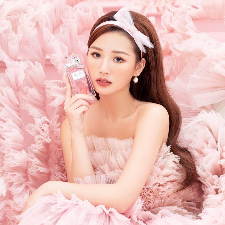 Màu son đậm giúp người đẹp sinh năm 2000 trông trưởng thành, quyến rũ hơn, toát lên khí chất của một cô tiểu thư con nhà giàu.