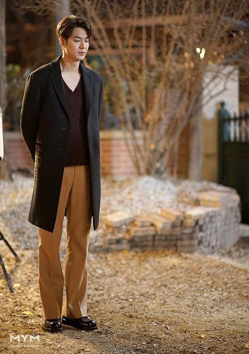 Phần thân trên đã rộng dài, chàng quân vương còn thích mix với quần ống suông đứng, khiến tổng thể đôi khi trông luộm thuộm. Nhờ nhan sắc đỉnh cao và vóc dáng lý tưởng, Lee Min Ho vẫn chinh phục được style này.