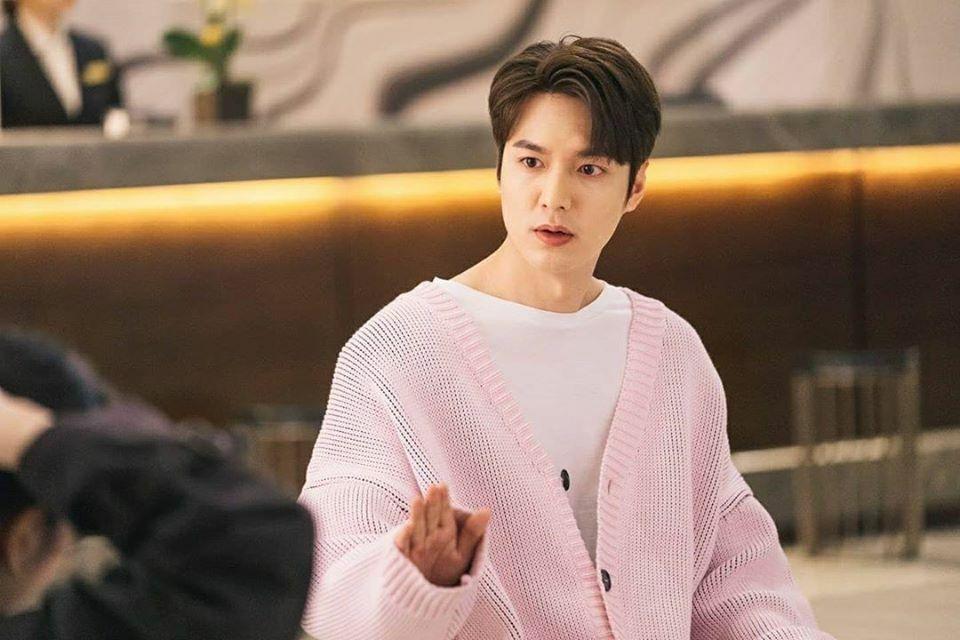Chiếc áo len màu hồng siêu điệu của anh chàng đến từ thương hiệu Raf Simons và có giá tới 26 triệu đồng.