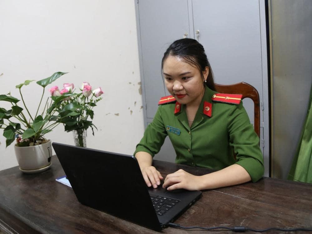 Thiếu úy Bùi Thị Trang.