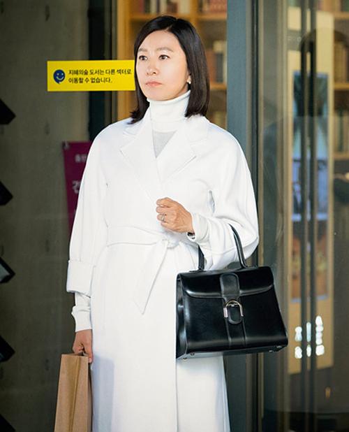 Cô thường xuyên sử dụng thiết kếDelvaux Black Brillant GM Tote giá khoảng 4.000 USD (gần 100 triệu đồng). Đây là mẫu túi xách đến từ thương hiệu Delvaux của Bỉ, vốn được giới thượng lưu ưa chuộng.