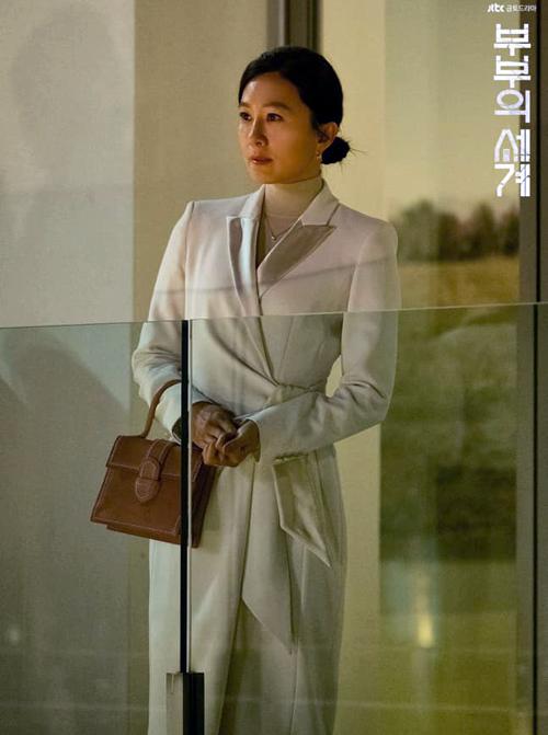 Trong bộ phim Thế giới hôn nhân đang gây sốt màn ảnh nhỏ Hàn Quốc, Kim Hee Ae vào vai Ji Sun Woo - một quý cô có nhan sắc, tài năng nhưng vẫn bị chồng phản bội. Là phó viện trưởng một bệnh viện nên Sun Woo có phong cách ăn mặc thanh lịch, sang trọng. Từ váy áo cho đến túi xách, phụ kiện cô sử dụng đều là hàng cao cấp.