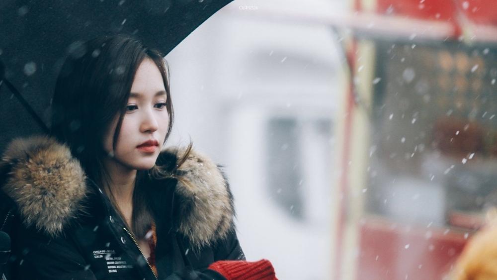 Đặc biệt, đôi mắt của Mina có hình dáng mềm mại, hơi u buồn, mang lại cảm giác an tĩnh và thanh lịch. Đôi mắt long lanhlà điểm nhấn khiến cho khuôn mặt của cô trở nên cuốn hút người đối diện.