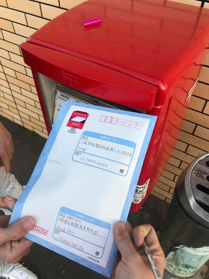 Những bì thư chứa khẩu trang được chuyển đến cho người cần.