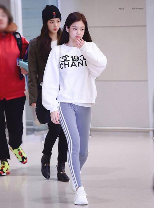 Không ít lần Jennie mặc đồ chẳng khác gì một cô sinh viên ra sân bay. Mix giấu dáng đề cao sự thoải mái nhưng cô nàng vẫn được khen ngợi.