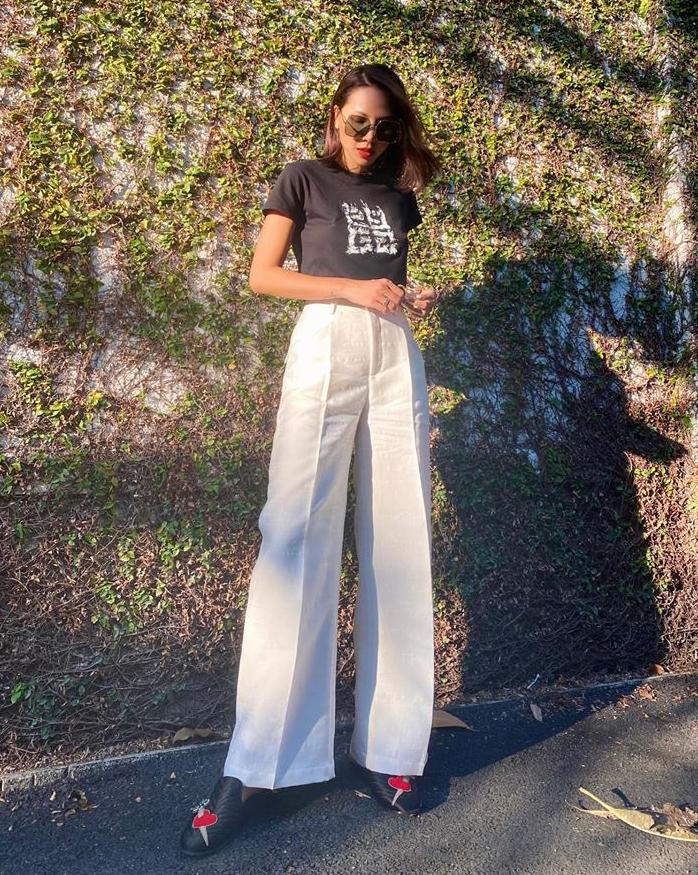 Áo phông và quần ống suông cạp cao là công thức kéo dài chân yêu thích của Minh Triệu.