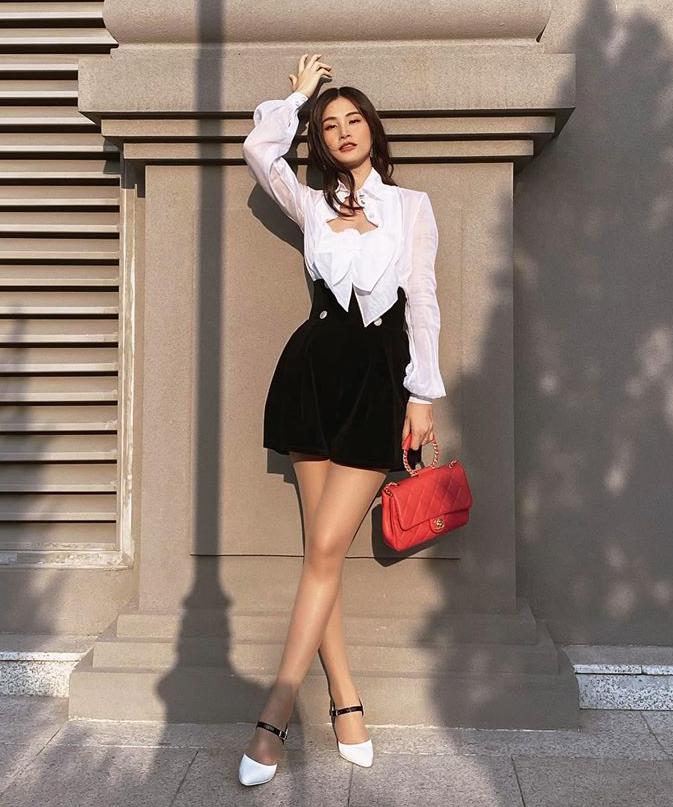 Set đồ gồm váy đen trắng phối giày cao gót tông xuyệt tông, đi kèm là chiếc túi xách Chanel hơn 100 triệu đồng cho thấy Đông Nhi ngày càng lên đời trong phong cách ăn mặc.