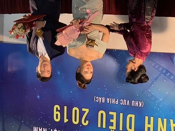 Hồng Diễm, Ngọc Quỳnh nhận giải Nam, nữ diễn viên phim truyền hình xuất sắc. Ảnh: Hoàng Dương