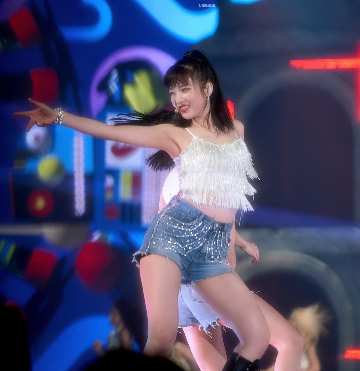 Joy sở hữu lượng fanboy lẫn fangirl đồng đều, là biểu tượng quyến rũ mới của Kpop.Mỗi khi xuất hiện, cô nàng luôn là tâm điểm vì vẻ ngoài quyến rũ, hình thể chuẩn.