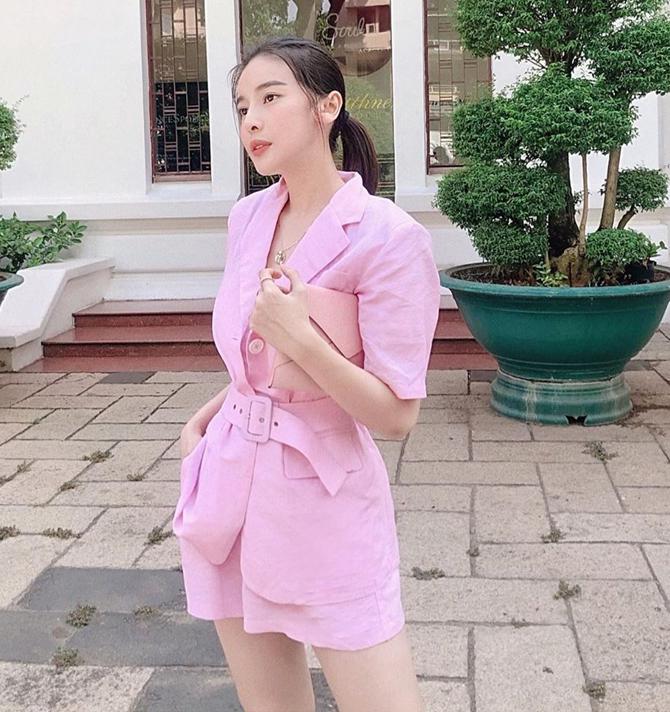 Làn da trắng của Cao Thái Hà được tôn lên nhờ set đồ hồng pastel chất liệu linen siêu mát mẻ cho ngày nóng.