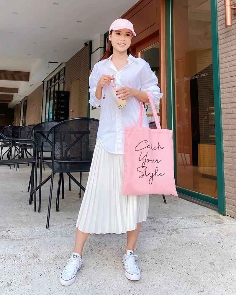 Gam hồng kẹo ngọt được nhiều mỹ nhân chọn diện trong những ngày đầu hè. Sam trẻ xinh hết cỡ khi mặc cây trắng, phối cùng túi tote hồng pastel.