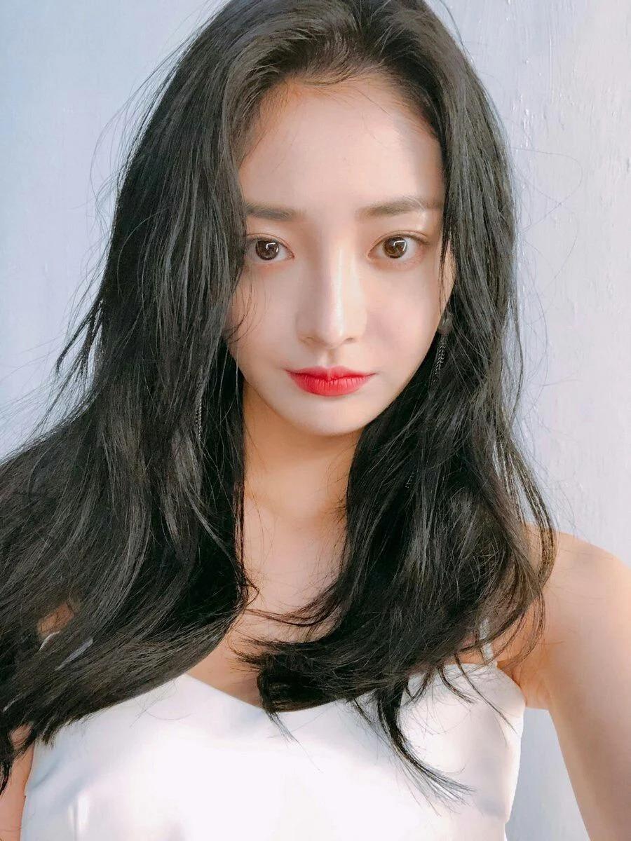 Kyul Kyung (Pristin) cũng sở hữu nhan sắc và làn da trong mơ của fan nữ vì đẹp đúng chuẩn dewy skin.