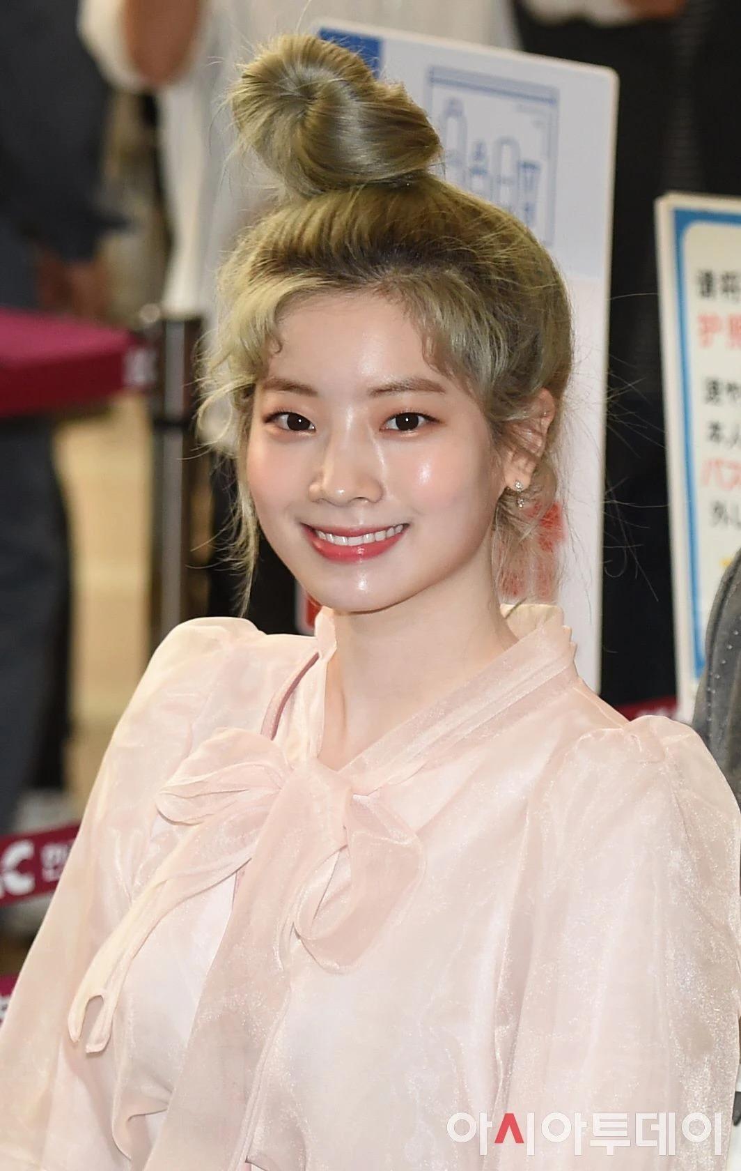 Da Hyun luôn rất trẻ trung nhờ làn da đẹp như em bé. Khi trang điểm theo mốt căng bóng, phần mũi, má, cằm của thành viên Twice rất mịn mượt, trắng sáng bật tông.