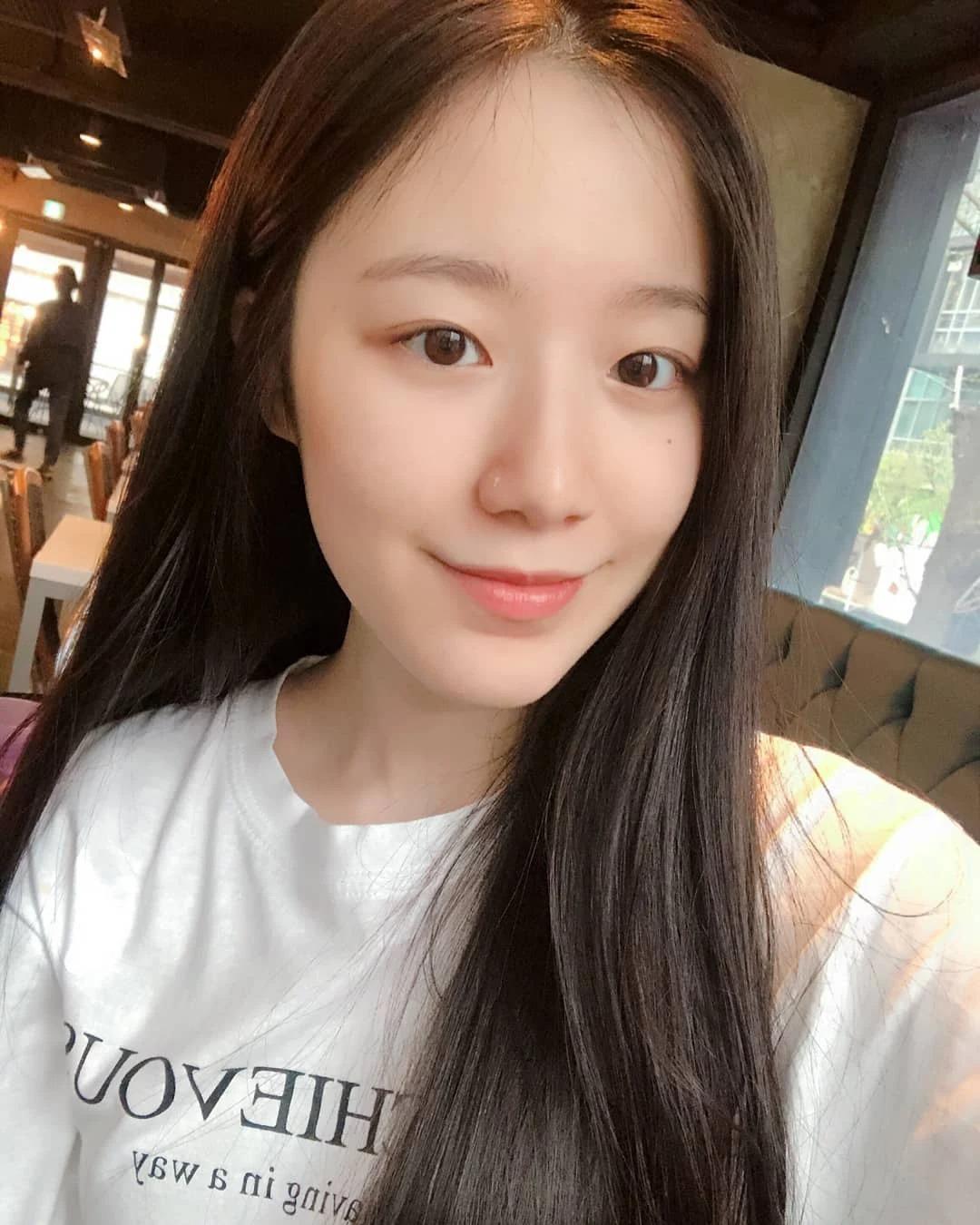 Shu Hua ((G)I-DLE) nổi tiếng là nữ thần mặt mộc nhờ làn da trắng hồng không tì vết. Đây cũng là lý do cô nàng thường xuyên xuất hiện mà chẳng cần trang điểm.