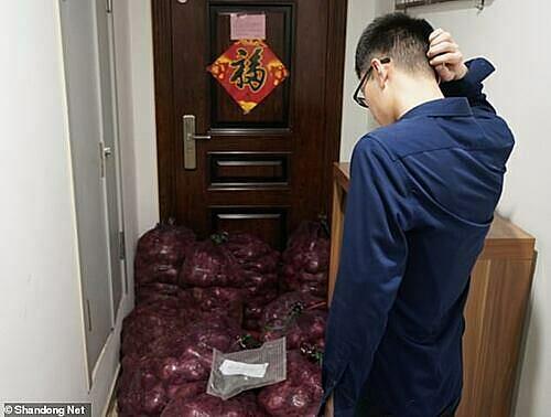Sau khi quà được chuyển đến, chàng trai lúng túng, gãi đầu gãi tai nhìn đống hành tây chất đầy trước cửa.