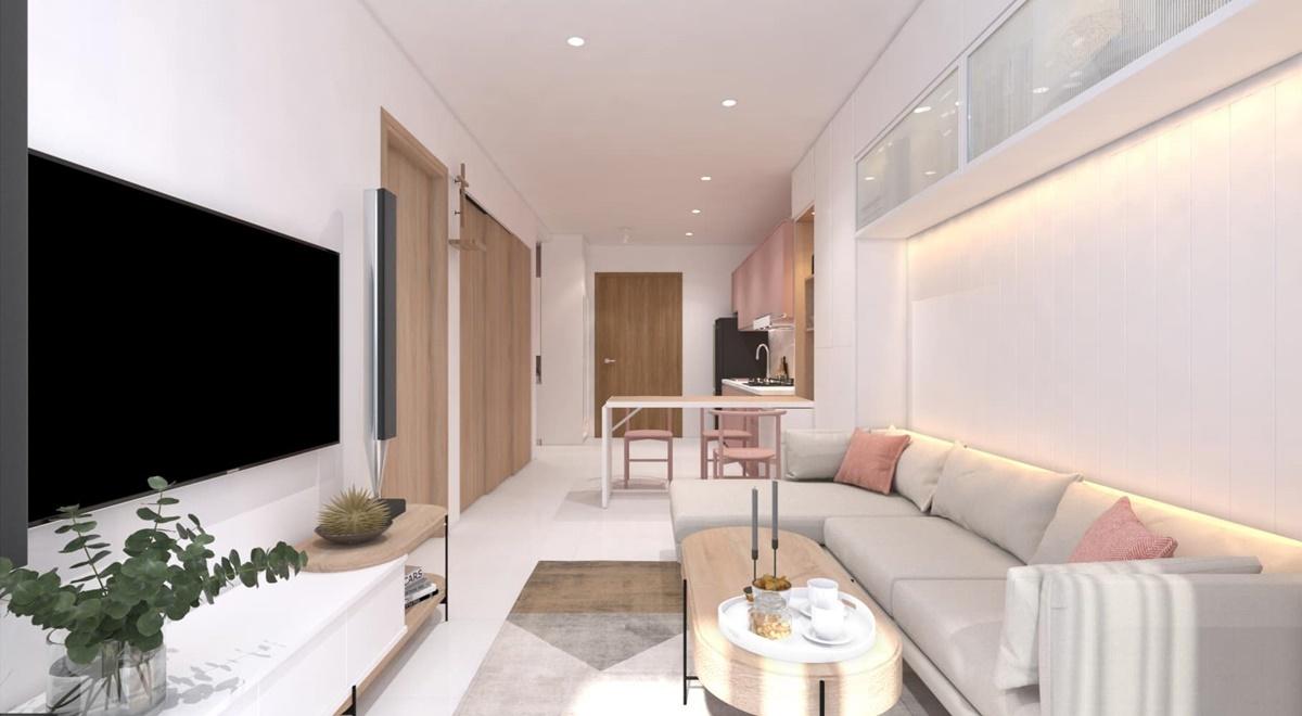 Phòng khách rộng rãi của Lý Phương Châu. Cô kê một bộ sofa lớn, bàn gỗ và tivi đặt tại phòng khách. Để không gian sống thêm xanh, cô trang trí thêm một số cây cảnh.