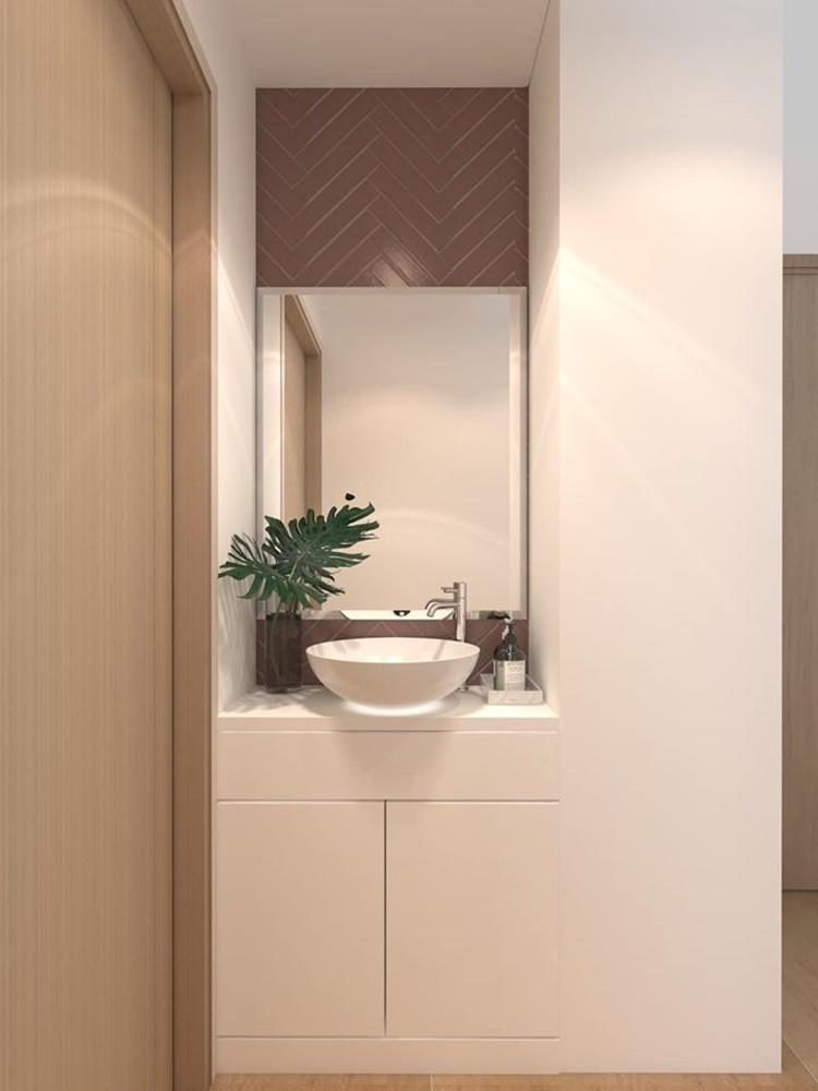 Bồn rửa tay sang trọng được đặt bên hông phòng khách, giáp nhà vệ sinh. Cô bày trí thêm cây, tạo cảm giác thân thiện với môi trường.