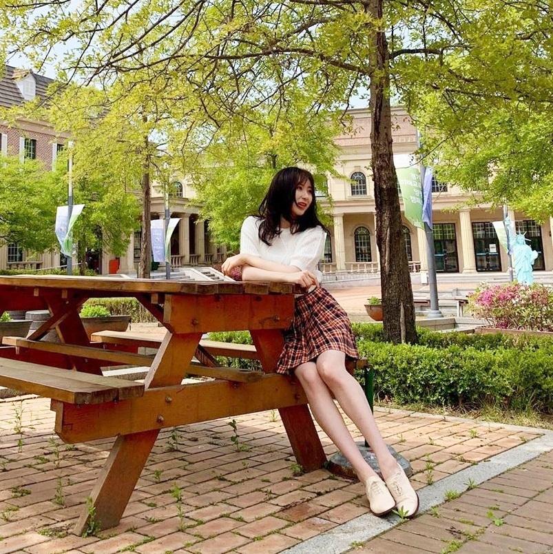 Chae Yeon (IZONE) nhận được nhiều lời khen hình thể mảnh mai, chân thon gọn hơn sau khi giảm cân.