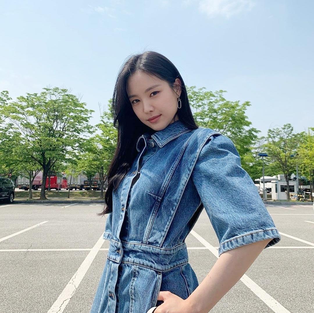 Na Eun cá tính trong bộ váy denim.