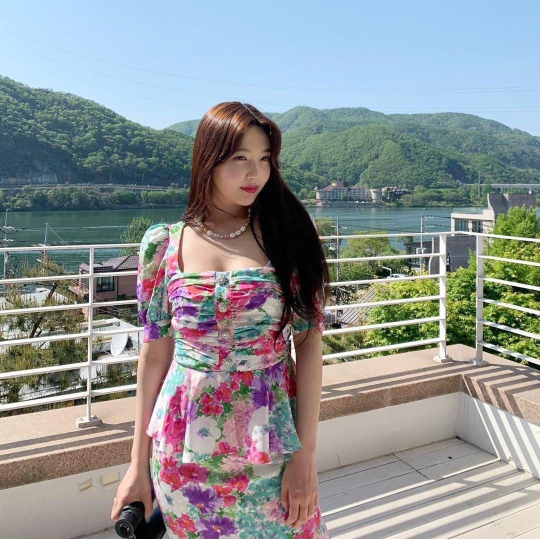 Joy bị dìm dáng vì chiếc váy hoa sặc sỡ khiến thân hình cô trông đồ sộ.