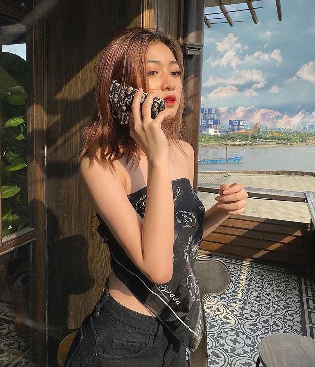 Không chỉ được sao Việt yêu thích, xu hướng này còn phủ sóng đường phố Sài thành với sự lăng xê của nhiều hot girl. Các mẫu khăn hàng hiệu giúp con gái có diện mạo sang chảnh, cá tính mà không tốn nhiều chi phí như mua một chiếc áo thông thường.