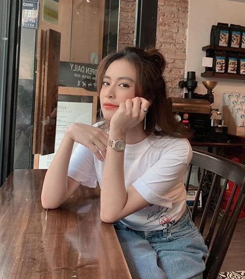Hoàng Thùy Linh mặc giản dị vẫn xinh khi đi cà phê sáng.