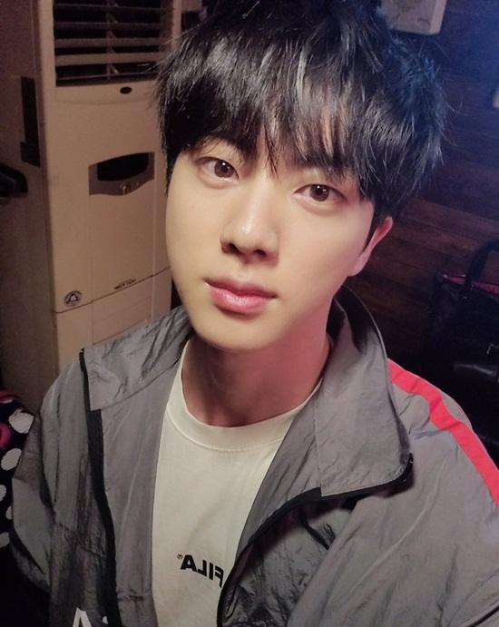 Jin (BTS) cập nhật ảnh selfie khoe da trắng mịn.