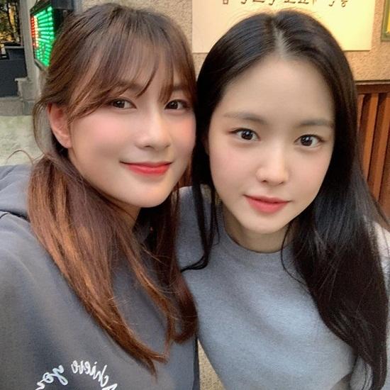Ha Young (trái) và Na Eun đều có khuôn mặt tròn đáng yêu.