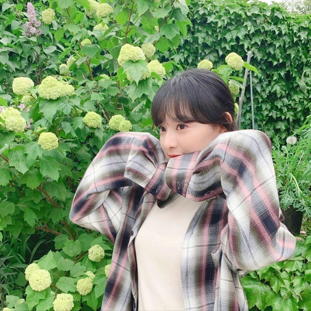 Kim Ji Won tạo dáng dễ thương, mắt mở tròn xoe như em bé.