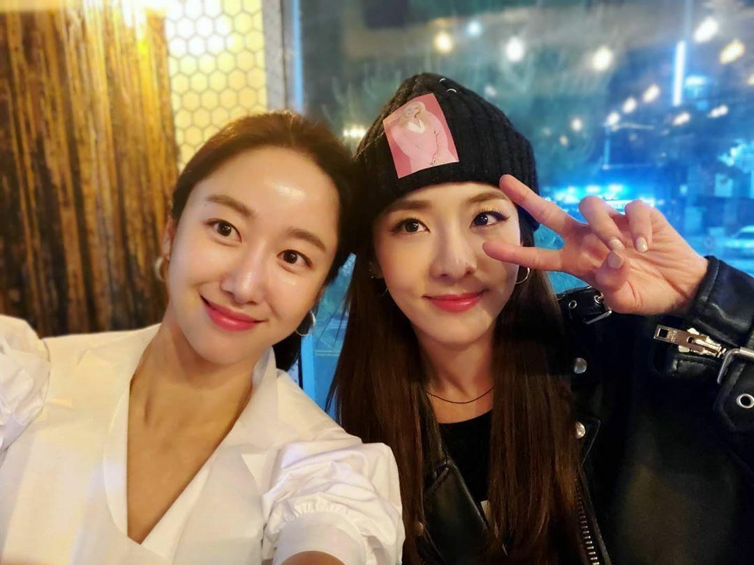 Jeon Hye Bin khoe ảnh thân thiết bên Dara.