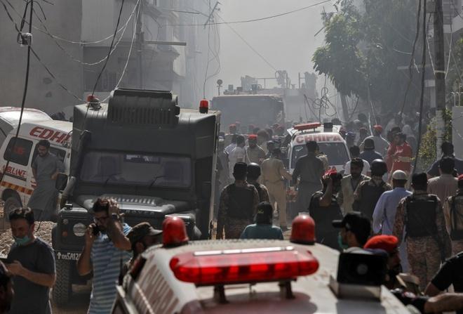 Thảm họa xảy đến khi người Pakistan trên khắp đất nước đang chuẩn bị ăn mừng kết thúc tháng Ramadan và cũng chỉ một vài ngày sau khi Pakistan cho phép các chuyến bay thương mại hoạt động trở lại sau thời gian tạm ngừng vì lệnh hạn chế di chuyển để ngăn Covid-19.