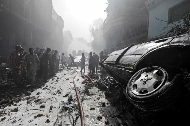 Các hình ảnh từ hiện trường cho thấy các tòa nhà đổ nát còn trơ khung, mọi thứ bị vùi lấp dưới đống gạch đá. Một số ôtô bị thiêu rụi.