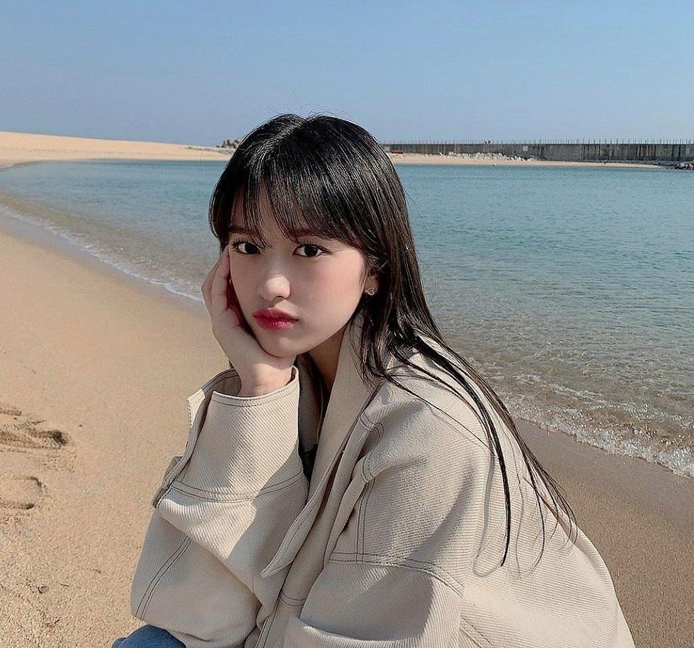 Yu Jin (IZONE) khoe vẻ trong trẻo trước biển.