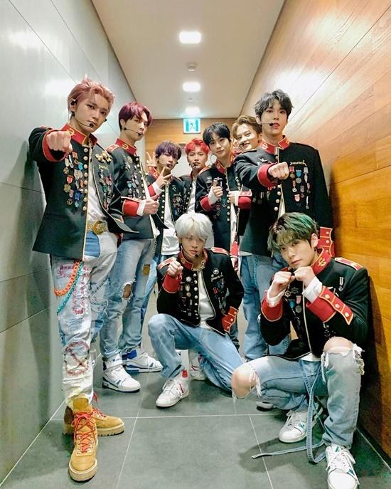 Nhóm NCT 127 diện đồng phục cool ngầu trên show âm nhạc.