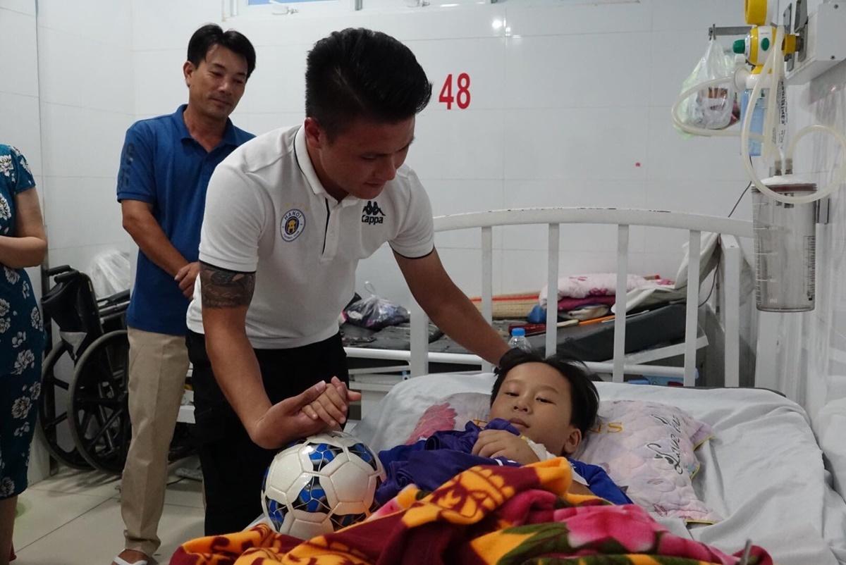 Quang Hải bất ngờ ghé thăm fan nhí tại bệnh viện. Ảnh: Đức Đồng.