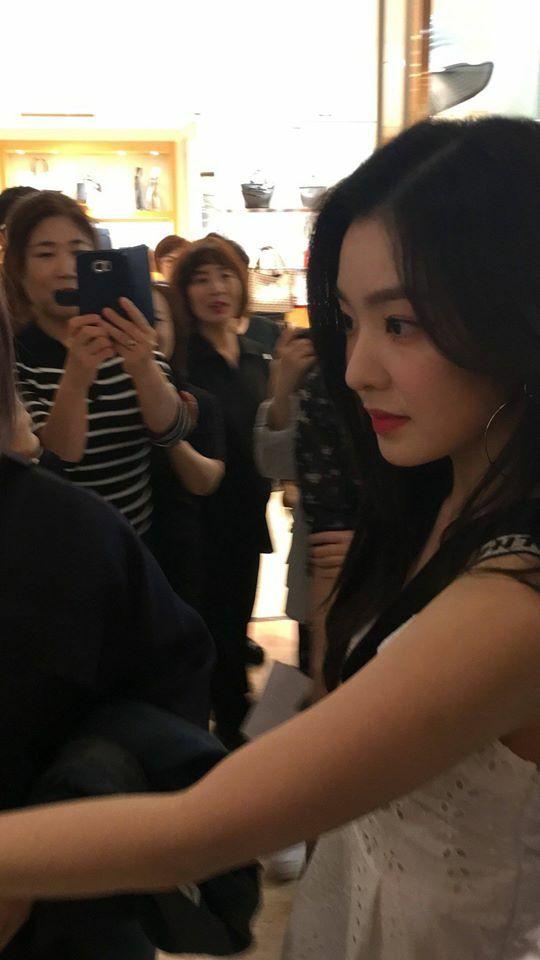 Irene là idol nữ chưa bao giờ bị chê bao về nhan sắc dù là ảnh chụp thường chưa qua chỉnh sửa. Cô nàng khoe chiếc mũi siêu phẩm trong khoảnh khắc lướt qua người hâm mộ.