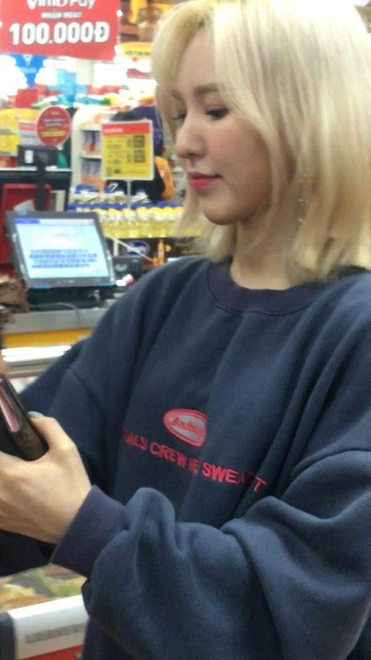 Góc nghiêng cực phẩm của Wendy được chụp tại siêu thị ở Việt Nam, chỉ rằng điện thoại và không cần chỉnh sửa.