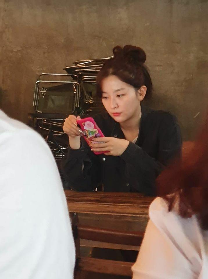 Seul Gi cũng gây sốt với làn da mịn mượt và nhan sắc không phải dạng vừa với ảnh chụp lén.