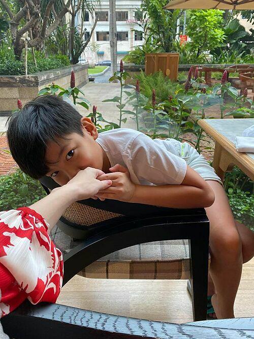 Tranh thủ cuối tuần được nghỉ học, bé Subeo được mẹ và Kim Lý cho đi chơi cùng. Cậu bé có nhiều hành động tình cảm với mẹ.