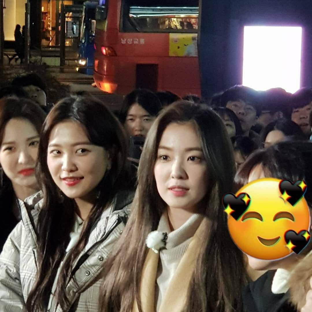 Những bức ảnh do người qua đường chụp Red Velvet đều không có chỗ chê bai. Không cần phần mềm photoshop, làn da của Irene, Yeri, Wendy vẫn căng bóng. Chỉ qua một bức ảnh chụp vội bằng điện thoại, sao nhà SM họ xứng đáng là idol hàng đầu.