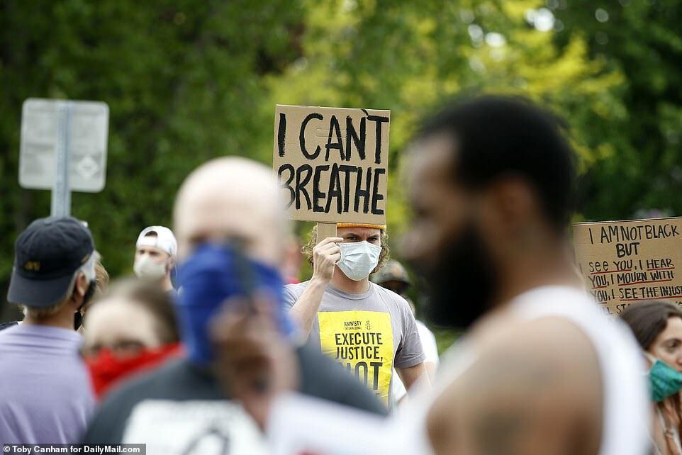 Tôi không thở được thành câu khẩu hiệu của những người biểu tình.