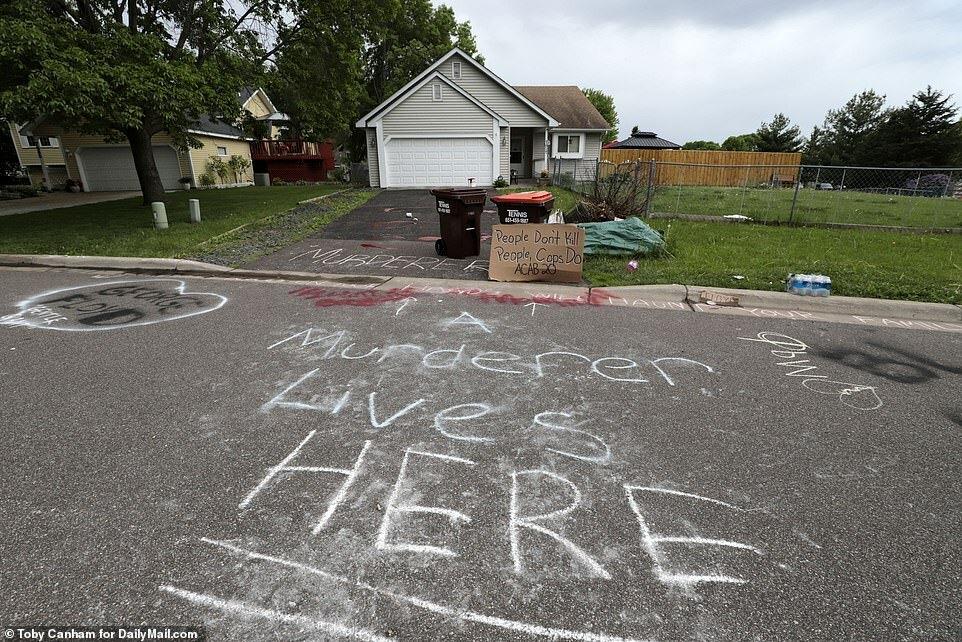 Dòng chữ viết trước cửa nhà cảnh sát: Kẻ giết người sống ở đây.