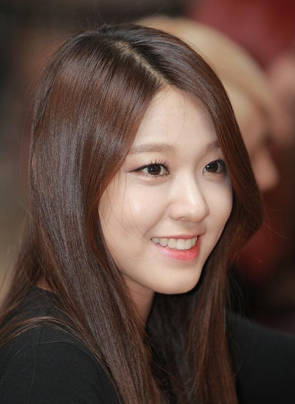 Nét hiền dịu, gương mặt thánh thiện giúp Seol Hyun hạ gục trái tim khán giả.