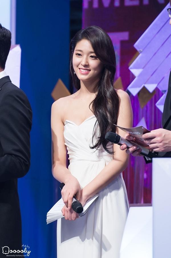 Tại những lễ trao giải, Seol Hyun rụt rè, nhút nhát bên cạnh các tiền bối.