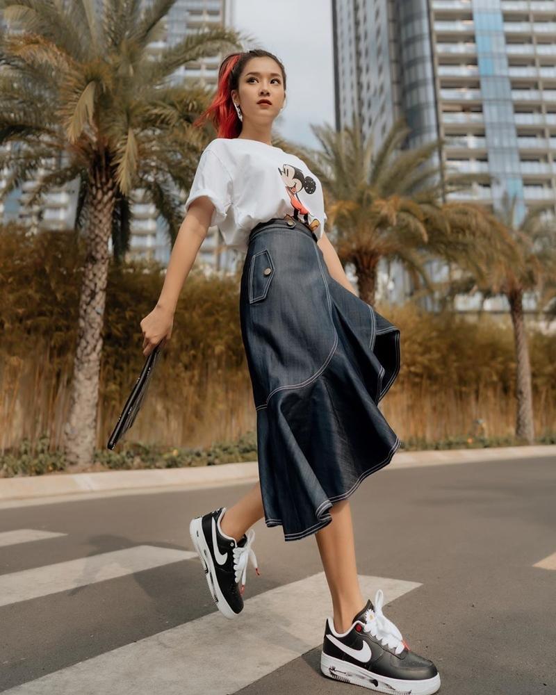 Diện áo phông, chân váy denim và giày hoa cúc hot trend, Hoàng Yến Chibi còn giúp vẻ ngoài thêm nổi bật bằng mái tóc gẩy light đỏ.
